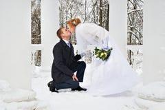 Bräutigamliebeserklärung Braut und shi küsst ihn Stockfotos