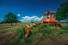 Brutna Buldozer i de mellersta buskebuskarna Fotografering för Bildbyråer