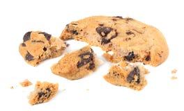 brutna choklade kakor som isoleras på vit bakgrund söta kexar hemlagad bakelse arkivfoton