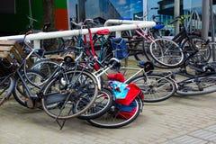 Brutna cyklar som lägger på jordningen som orsakas av vind i den stads- aren arkivfoto