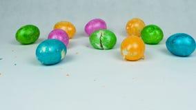 Brutna dekorerade ägg under den kristna festivalen Pascha eller uppståndelsen söndag efter det modiga ägget för traditionell påsk lager videofilmer