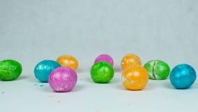 Brutna färgade och kulöra ägg efter knackande lätt på konkurrens för traditionell påsklek under kristen ferie Pascha eller lager videofilmer