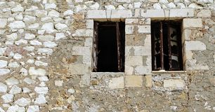 Brutna fönster i en tegelstenvägg royaltyfria bilder