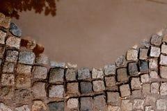 Brutna förberedande stenar i pölar Arkivbilder