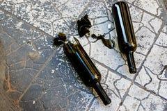 Brutna flaskor på den tiden av handbagage Arkivfoto