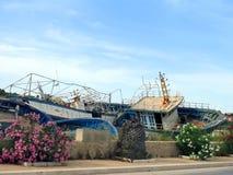 Brutna forntida skeppsbrott efter disembarkationen av flyktingar Royaltyfri Bild