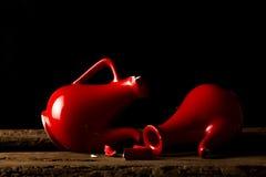 Brutna keramiska krus som symboliserar brutna hjärtor Fotografering för Bildbyråer