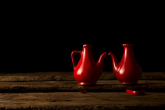 Brutna keramiska krus som symboliserar brutna hjärtor Arkivbild