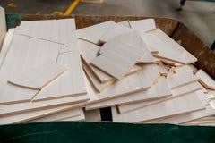 Brutna keramiska tegelplattor på en hög av brutna tegelplattor royaltyfri fotografi