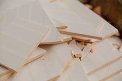 Brutna keramiska tegelplattor på en hög av brutna tegelplattor arkivbild