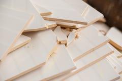 Brutna keramiska tegelplattor på en hög av brutna tegelplattor royaltyfria bilder