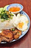 Brutna ris med grillat griskött i Vietnam Royaltyfria Foton