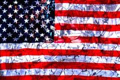 Brutna speglar mot bakgrunden av amerikanska flaggan begreppet av krisen arkivbild