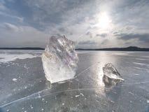 Brutna stycken av tjock is över den djupfrysta sjön skiner i sol fotografering för bildbyråer