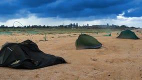 Brutna tält på stranden arkivfilmer