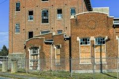 Brutna Windows på den stängda fabriken Arkivbild