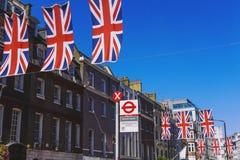 Bruton Street i det rika området av Mayfair i London stadscen arkivbilder