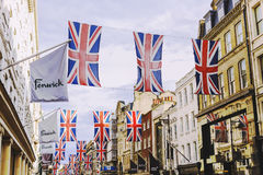 Bruton Street i det rika området av Mayfair i London stadscen royaltyfri foto