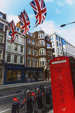 Bruton Street i det rika området av Mayfair i London stadscen Royaltyfria Bilder
