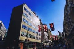 Bruton Street i det rika området av Mayfair i London stadscen Arkivfoton