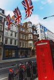 Bruton Street na área afluente de Mayfair no CEN da cidade de Londres Imagens de Stock Royalty Free