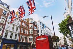 Bruton Street op het rijke gebied van Mayfair in de stadscen van Londen stock foto's