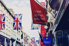 Bruton Street op het rijke gebied van Mayfair in de stadscen van Londen stock afbeelding