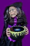 Bruxa assustador com o caldeirão para doces Imagens de Stock
