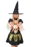 Bruxa bonita com o crânio isolado no branco Fotografia de Stock