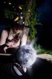 Bruxa com esfera mágica Fotos de Stock Royalty Free
