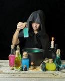 Bruxa com garrafas e o potenciômetro mágicos 2 Foto de Stock Royalty Free