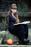 Bruxa com um livro dos períodos Foto de Stock