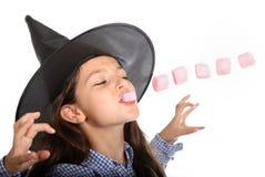 Bruxa de Dia das Bruxas com marshmallows Fotos de Stock Royalty Free
