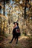 Bruxa de Dia das Bruxas com uma faca nas madeiras fotografia de stock royalty free