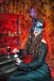 Bruxa de Dia das Bruxas na máscara fotografia de stock