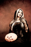 Bruxa de Halloween com uma abóbora Foto de Stock Royalty Free