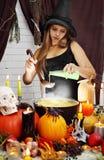 A bruxa derrama o ingrediente secreto Fotografia de Stock