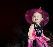 Bruxa do bebê de Halloween com uma abóbora cinzelada imagem de stock