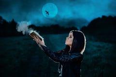 A bruxa escura conjura fotografia de stock royalty free