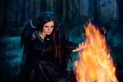 A bruxa escura conjura fotografia de stock