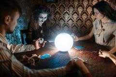 Bruxa, homem e mulher no seance espiritual foto de stock