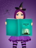A bruxa lê histórias do medo em Dia das Bruxas Fotografia de Stock Royalty Free