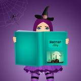A bruxa lê histórias do medo em Dia das Bruxas Foto de Stock Royalty Free