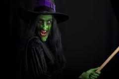 Bruxa má em um broomstick fotos de stock