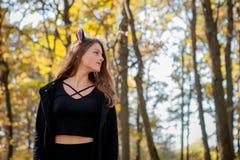Bruxa nas madeiras, uma moça de Dia das Bruxas em um terno do ` s da bruxa imagem de stock