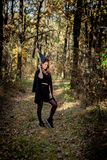 Bruxa nas madeiras, uma moça de Dia das Bruxas em um terno do ` s da bruxa fotografia de stock royalty free