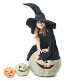 A bruxa pequena senta-se em uma abóbora Imagem de Stock Royalty Free