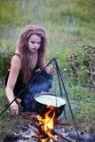 Bruxa que guarda tochas Fotos de Stock
