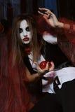Bruxa que guarda um coração em sua mão foto de stock