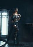 Bruxa que levanta perto de um espelho fotos de stock royalty free